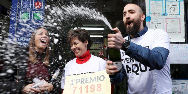 Los propietarios de la administración de lotería de Madrid que vendió parte de El Gordo de la Lotería...