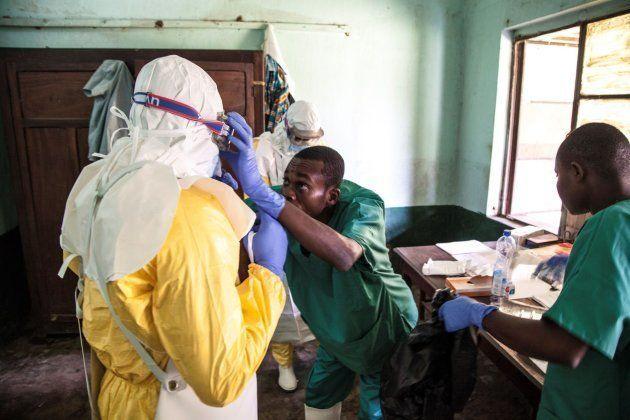 Personal se prepara para tratar a enfermos con ébola. Foto distribuida por