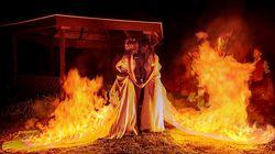Estas dos novias queman sus vestidos para las fotos de boda y el resultado es