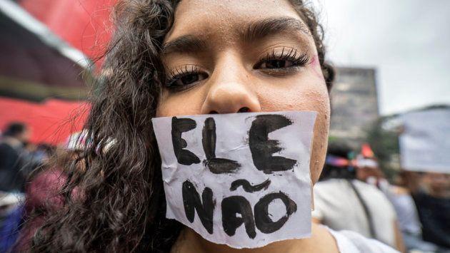 Manifestación feminista y del colectivo LGTBQ contra Bolsonaro. En el panfleto puede leerse 'Él