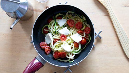Prepara espaguetis de calabacín con tomate cherry y