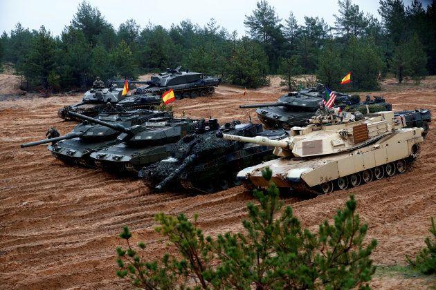 Carros de combate españoles, alemanes y estadounidenses durante unas maniobras conjuntas de la OTAN en