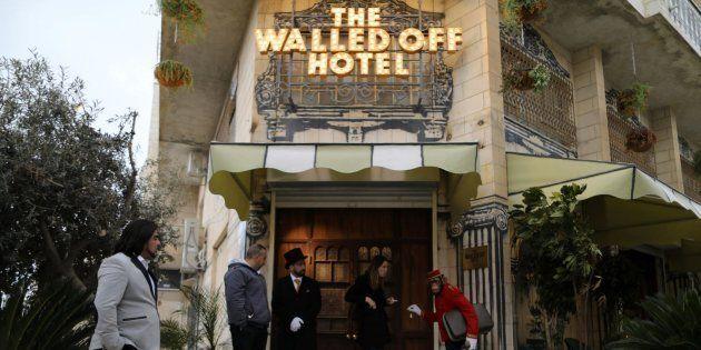 Entrada del hotel decorado por Banksy en Belén