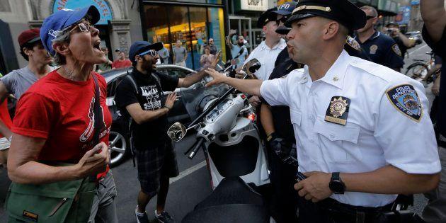 La activista Sherry Wolf increpa a un policía que no les deja marchar en solidaridad con las víctimas...