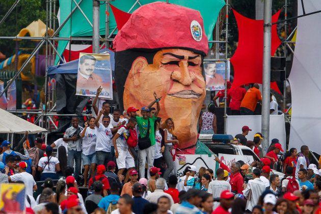 Simpatizantes del chavismo participan en un mitin de