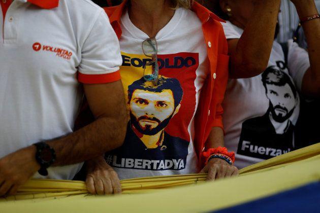 Manifestantes contrarios a Maduro con camisetas que exigen la libertad de Leopoldo