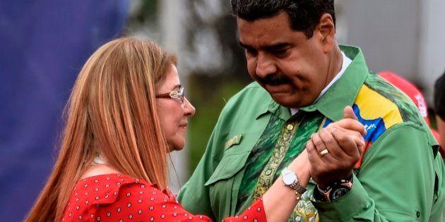 Nicolás Maduro baila con su mujer, Cilia Flores, en un