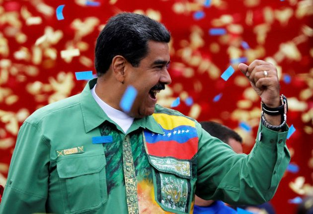 Maduro saluda a sus seguidores en un