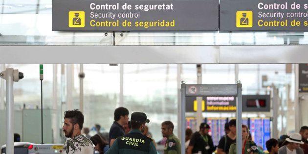 Agentes de la Guardia Civil custodian los accesos a las puertas de embarque en el aeropuerto de