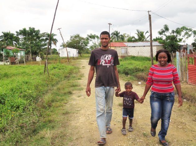 Brandon (en el centro) está entre el 17.6% de niños menores de 5 años que no están inscritos en el registro