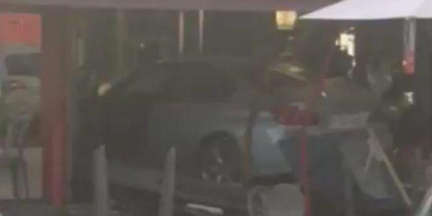 Al menos un muerto y varios heridos al estrellarse un coche contra una pizzería en