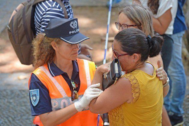Una policía ayuda a una mujer testigo del fatal suceso en