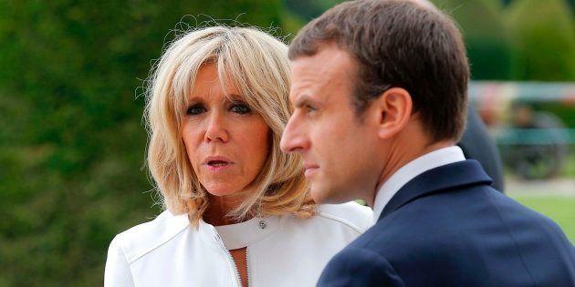 El presidente francés, Emmanuel Macron (D), y su esposa, Brigitte