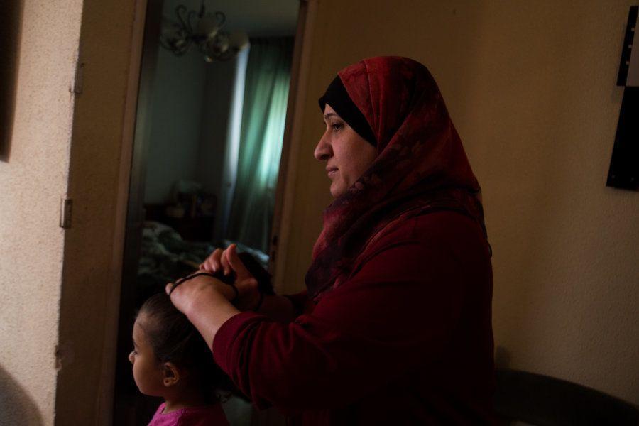 Wesal, peinando a su hija Ayaal, de 4