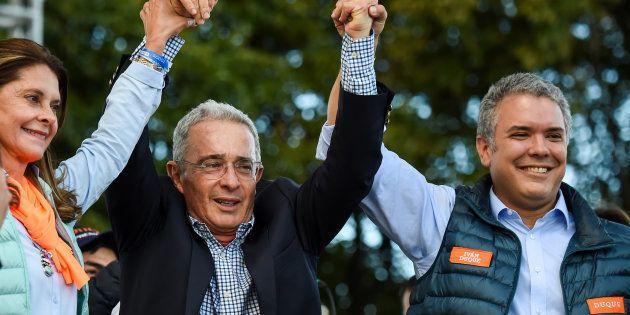Álvaro Uribe, en el centro, durante la campaña a las presidenciales del 27 de mayo en