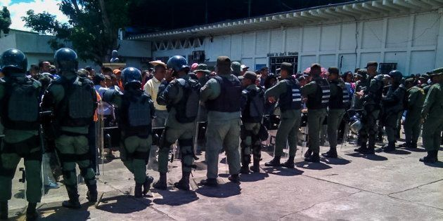 Funcionarios de la Guardia Nacional Bolivariana custodian las inmediaciones de la prisión de Puerto Ayacucho,...