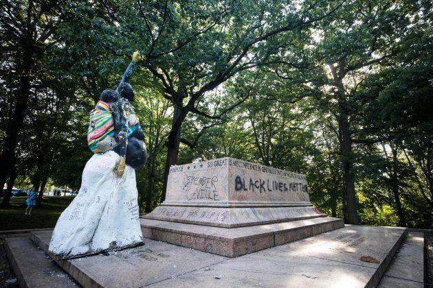 Una de las estatuas retiradas en