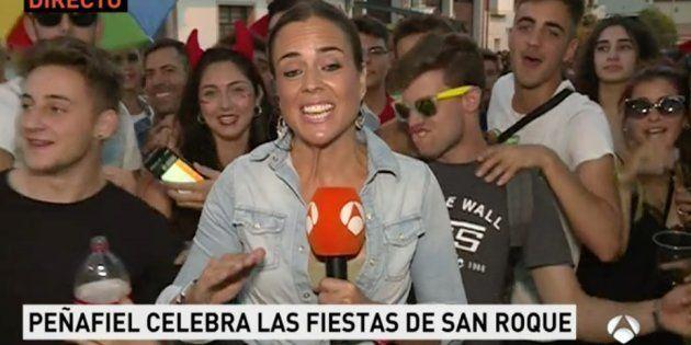 Los vergonzosos gestos de unos jóvenes a una reportera de Antena 3 en pleno