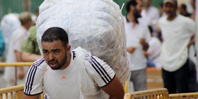 Un hombre cruza el paso de Ceuta cargado de mercancías, esta