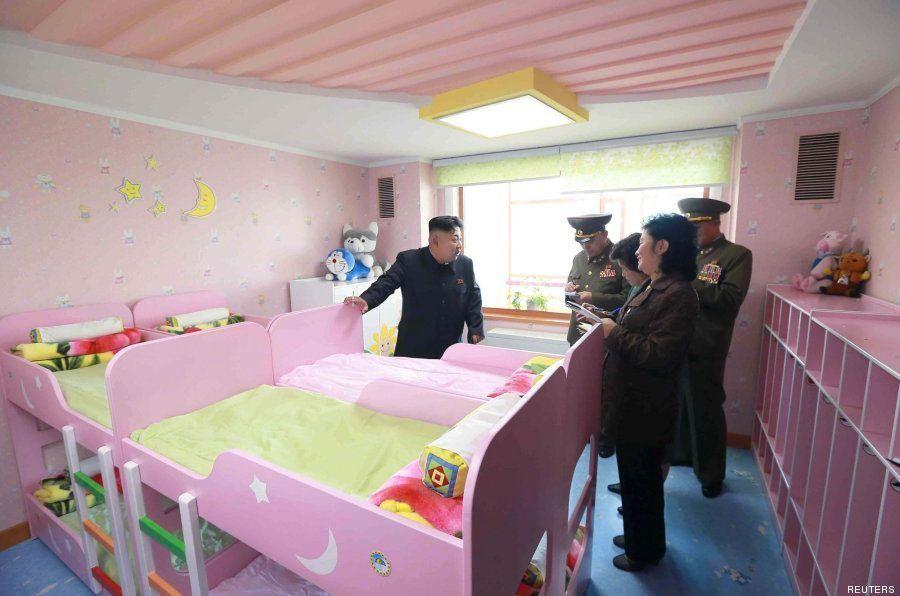 Kim Jong Un fumando en un orfanato: la imagen más surrealista que verás en una temporada