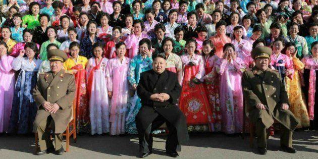 Mira las caras de ¿alegría? de las mujeres que rodean a Kim Jong-un