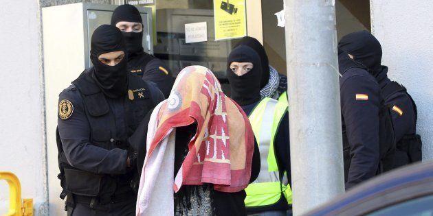 Agentes de la Guardia Civil escoltan a la mujer que, junto a su marido y a sus dos hijos gemelos, han...