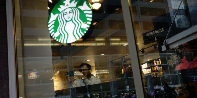 Starbucks permitirá sentarse en sus locales y usar los baños sin comprar