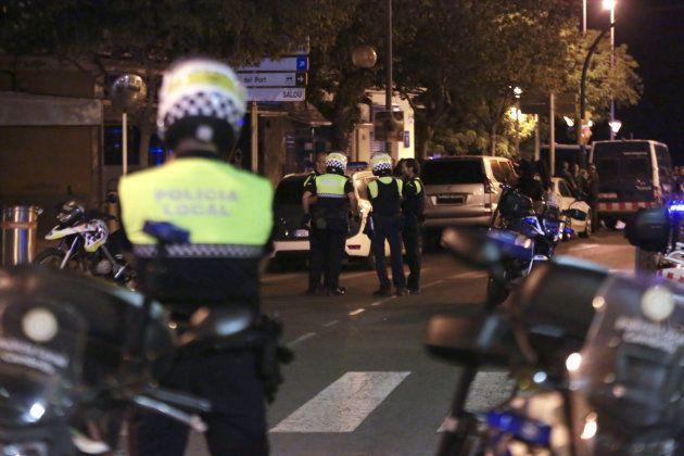 Miembros de las fuerzas seguridad, esta madrugada en la zona del atentado en Cambrils