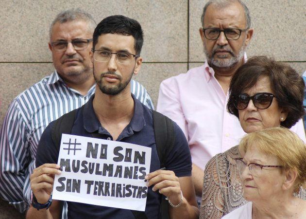 Concentración en Ceuta en señal de luto por los asesinados en