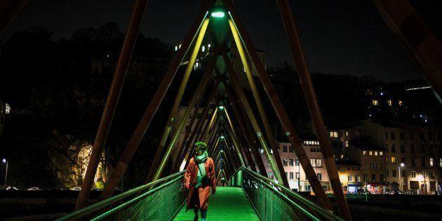 Las mujeres que viven en áreas urbanas muy iluminadas pueden tener mayor riesgo de cáncer de