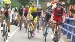 Estos ciclistas se lían a golpes en La Vuelta sin bajarse de la bici