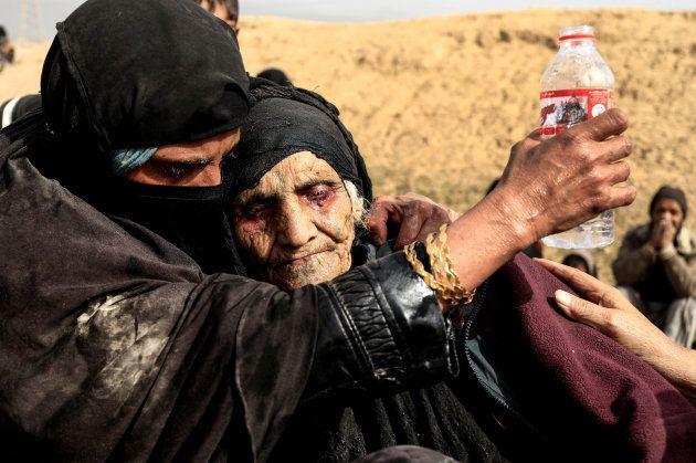 Khatla Ali Abdallah, una anciana de 90 años, recién escapada de la zona controlada por el ISIS en Mosul,...