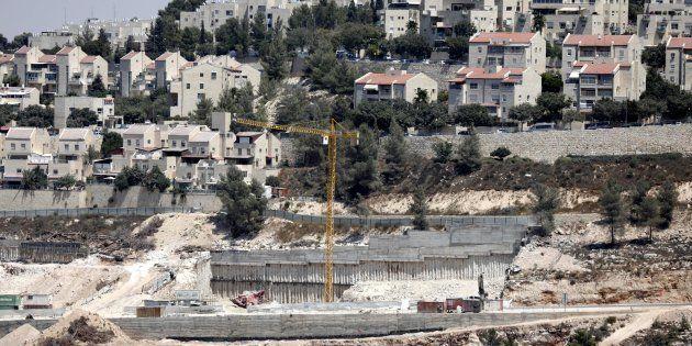 Varias excavadoras trabajan a las afueras del pueblo de Walajeh, cerca de Belén (Palestina), junto a...