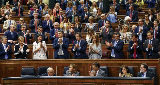 Los diputados del PP aplauden a Cristóbal Montoro tras la aprobación de los Presupuestos de