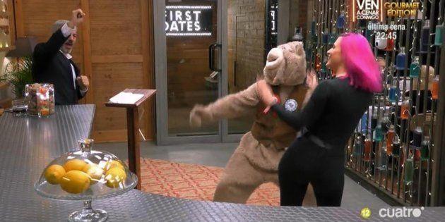 Aparece bailando reguetón vestido de oso y protagoniza una de las citas más surrealistas de 'First