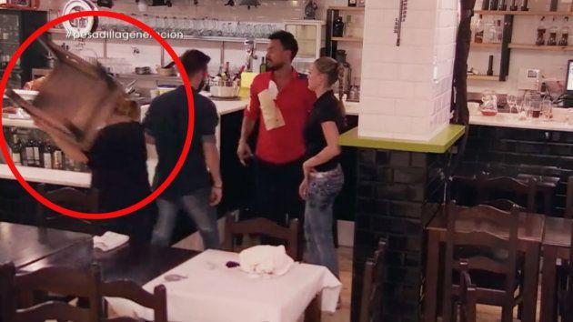 Una cocinera agarra una silla y rompe una vitrina en la mayor 'pesadilla en la cocina' de