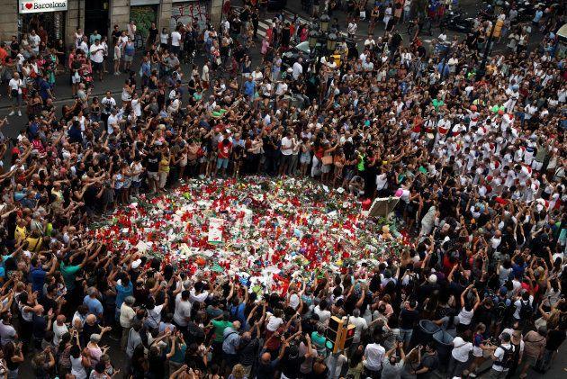Una agrupación hace un 'castell' en homenaje a las víctimas del atentado de Las Ramblas, ayer en