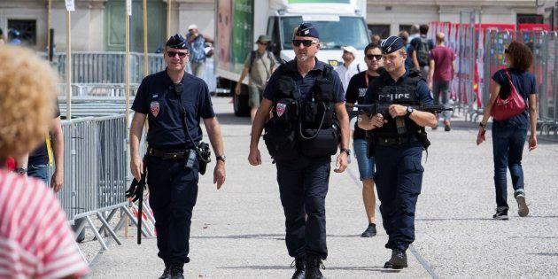 Varios policías patrullan por la ciudad francesa de Nimes, donde ha comenzado la Vuelta a