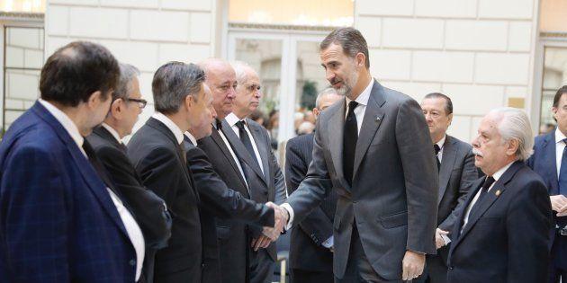 El rey saluda a los fiscales a su llegada a la capilla ardiente del fiscal general del Estado José Manuel