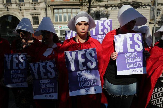 Voluntarias de una asociación a favor del 'sí' en el referéndum sobre el aborto en Irlanda piden el voto...