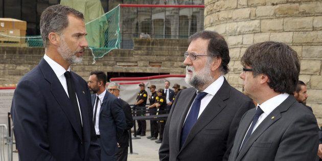 El rey Felipe VI departe con el presidente del Gobierno, Mariano Rajoy, y el presidente de la Generalitat,...