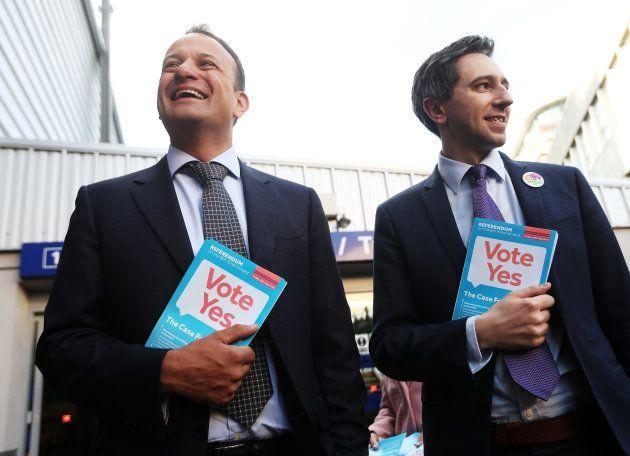 Leo Varadkar (izquierda) y el ministro de Salud, Simon Harris, durante un recorrido por dublín a favor...