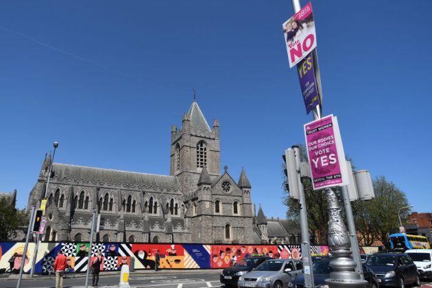 Carteles a favor del 'sí' y del 'no' Christ Church Cathedral, en
