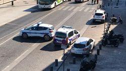 Un muerto y un herido al estrellarse un coche contra dos paradas de autobús en