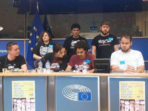 Varios integrantes del grupo de apoyo al rapero Valtonyc, entre los que se encuentran Ariadna Suari,...