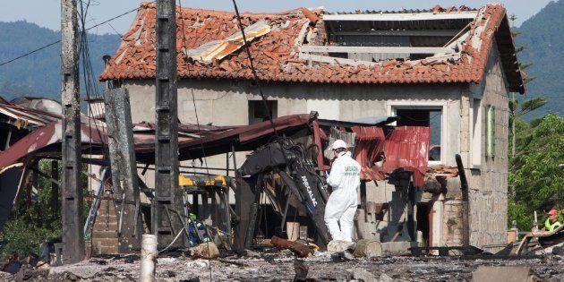 Estado en el que quedó una de las casas afectadas por la explosión, donde los Tedax aún buscan material