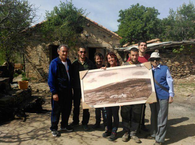Isidro posa con los antiguos habitantes y el cuadro que les ha