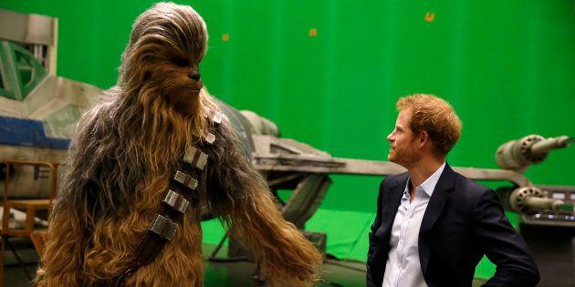 El príncipe Enrique durante una visita al set de rodaje de 'Star