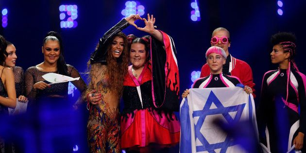 Netta Barzilai, la ganadora de Eurovisión por Israel, junto a la cantante de Chipre y segunda clasificada,...