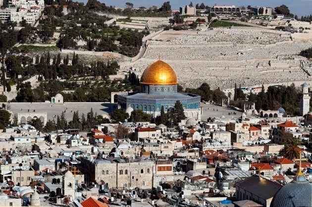 Vista de la Ciudad Vieja de Jerusalén, con la Explanada de las Mezquitas en primer término y el Monte...